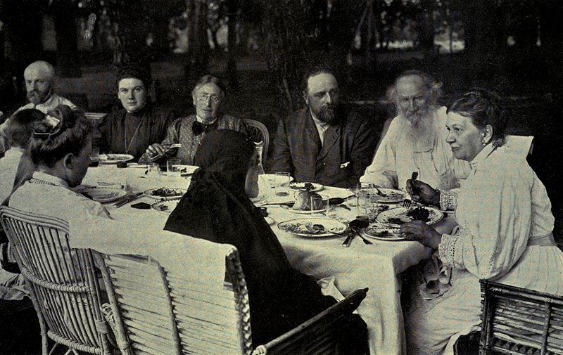 800px-Tolstoy_family_circle_at_Yasnaya_Polyana