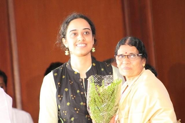 பிரியம்வதா சீ.முத்துசாமியின் துணைவியுடன்